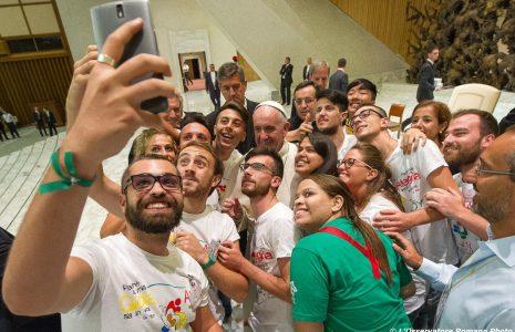 29-06-2017-jongeren-maken-selfie-met-de-paus-465x300