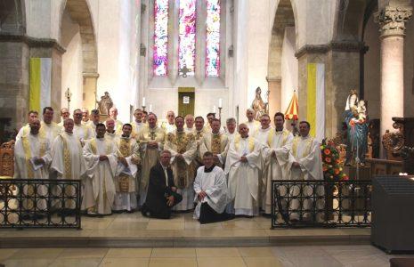 priesterbedevaart-groepsfoto-binnen-kl